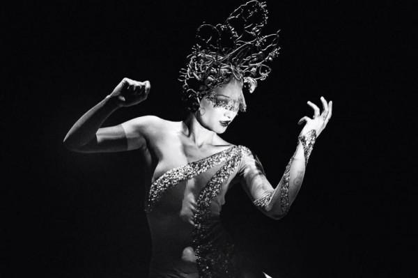 Lalla Morte, HEY! La Cie au Le Cirque Electrique (c) Slimane Brahimi Costume réalisé par Cédric Tirado et Clément Robert, Coiffe sculptée: Candice Angelini