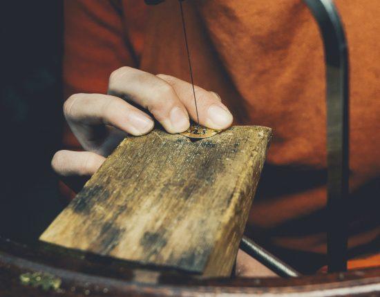 virginie-fantino-lenvers-du-decor-bijoux-découpe noix ©Eric Massua