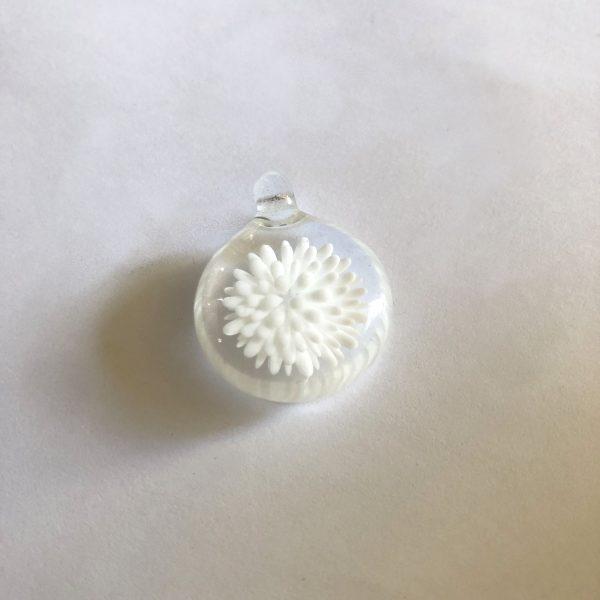 www.lenvers-du-decor.com-pendentif-blanc-verre-latelier-verrerie-du-chat-noir