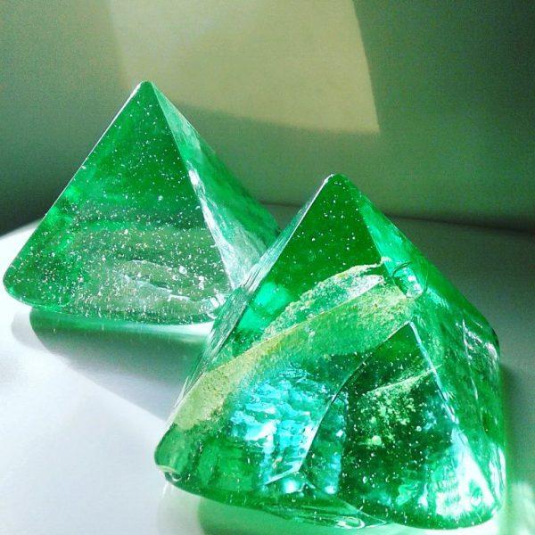 www.lenvers-du-decor.com-pyramides-verre-latelier-verrerie-du-chat-noir