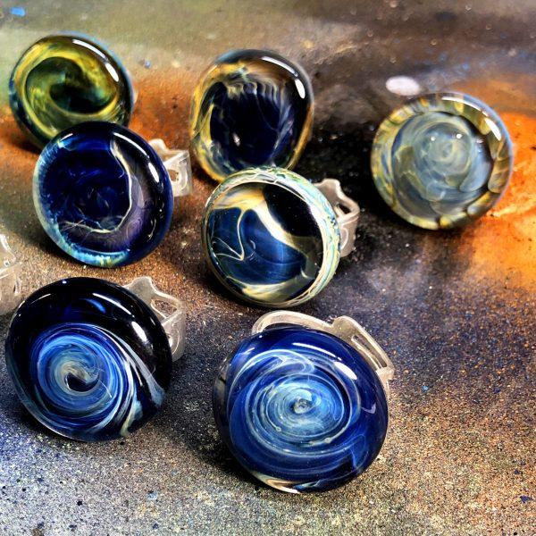 www.lenvers-du-decor.com-sept-bagues-nébuleuses-verre-latelier-verrerie-du-chat-noir